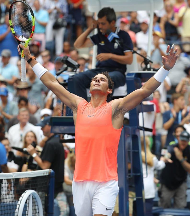 le champion Rafael Nadal du Grand Chelem 17-time de l'Espagne célèbre la victoire après son rond 2018 d'US Open du match 16 photographie stock