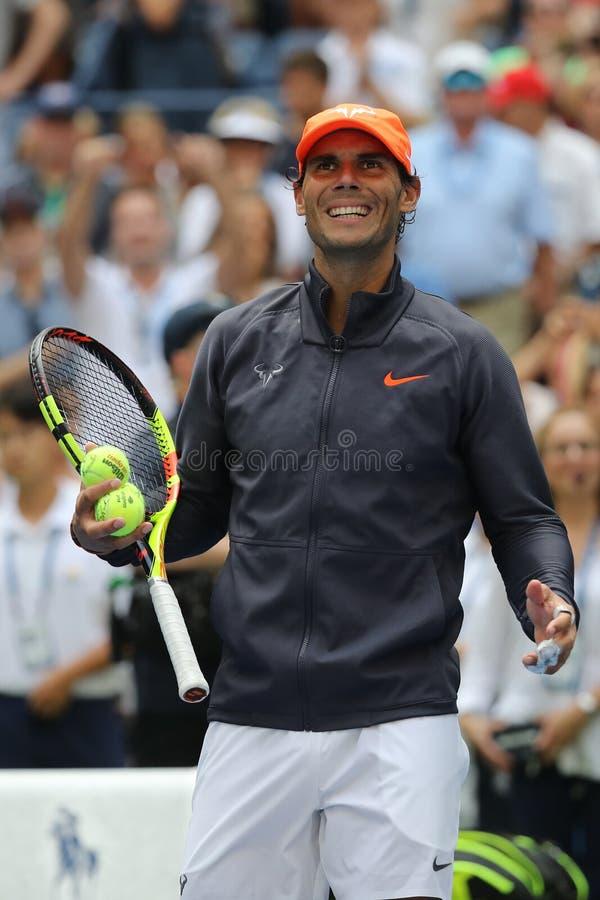 le champion Rafael Nadal du Grand Chelem 17-time de l'Espagne célèbre la victoire après son rond 2018 d'US Open du match 16 images stock