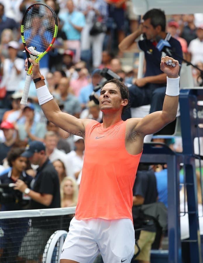 le champion Rafael Nadal du Grand Chelem 17-time de l'Espagne célèbre la victoire après son rond 2018 d'US Open du match 16 image libre de droits
