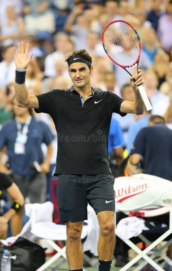 Le champion Roger Federer de Grand Chelem de dix-sept fois célèbre la victoire après le match 4 rond à l'US Open 2014 photo stock