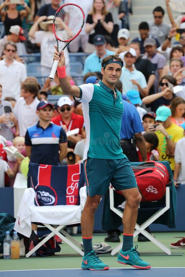 Le champion Roger Federer de Grand Chelem de dix-sept fois de la Suisse célèbre la victoire après le premier US Open 2015 de rond images stock
