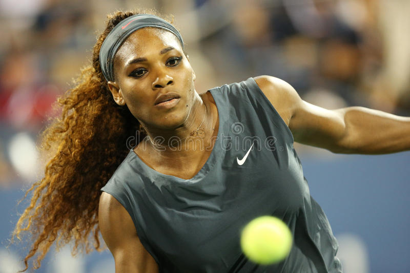 Le champion Serena Williams de Grand Chelem de seize fois pendant son premier rond double le match avec l'équipier Venus Williams  image stock