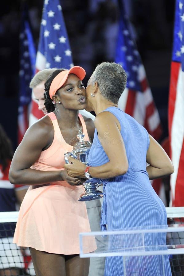Le champion Sloane Stephens de l'US Open 2017 des Etats-Unis reçoit le trophée d'US Open pendant la présentation de trophée images stock