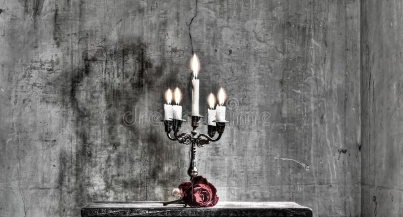 Le chandelier et la rose des amants photographie stock libre de droits