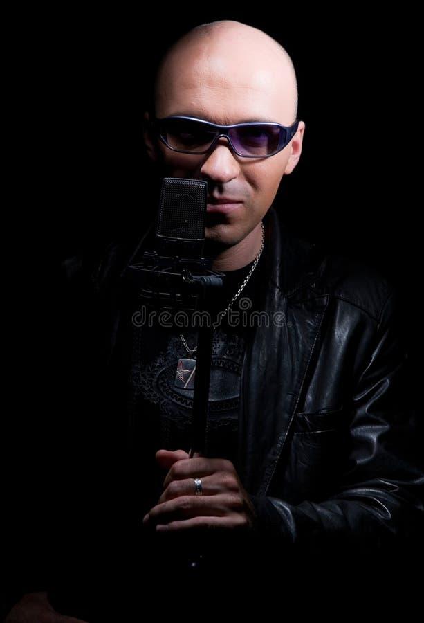 Le chanteur du microphone image stock