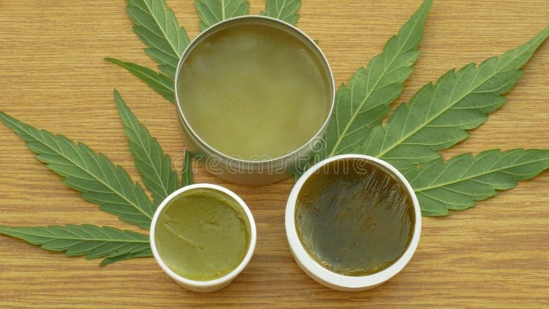 Le chanvre de cannabis et le cannabidiol médicinaux crèmes CBD de feuille ont moissonné sec de la qualité de graines pour la prod images stock