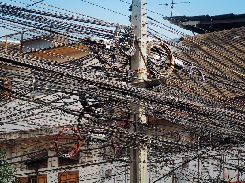 Le chaos des câbles et des fils sur chaque rue photos stock