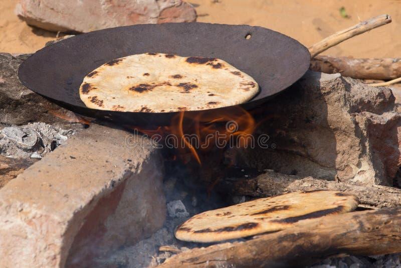 Le chapatti sur le feu, se ferment  photo stock