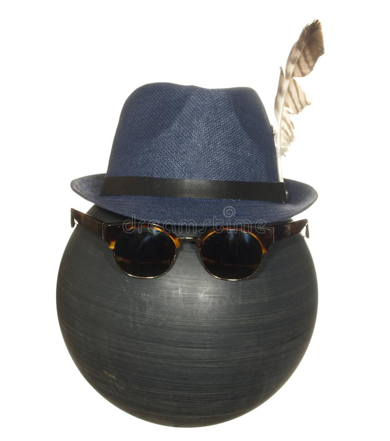 Le chapeau bleu des hommes avec une plume d'oiseau et les verres de sûreté foncés sur une boule en plastique noire d'isolement su images libres de droits