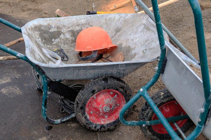 Le chapeau de construction est dans la voiture de construction à l'arrière-plan du renvoi aux 22mètres photos stock
