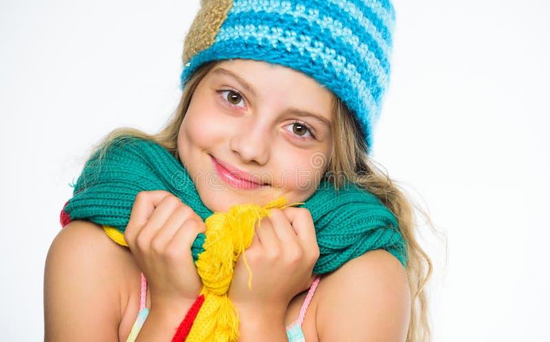 Le chapeau et l'écharpe maintiennent chaud L'enfant utilisent le chapeau bleu tricoté mou chaud et la longue écharpe Accessoires  image libre de droits