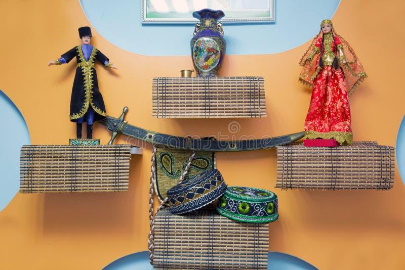 Le chapeau national du ` s de l'Azerbaïdjan est brodé Le ` national s de femmes de l'Azerbaïdjan et la marionnette du ` s d'homme photos libres de droits