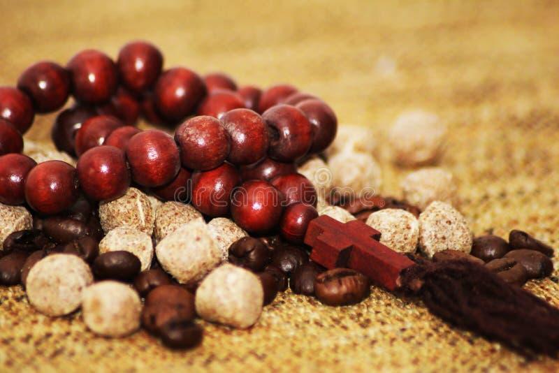 Le chapelet perle, des grains de café, nourriture brune, décor photo stock