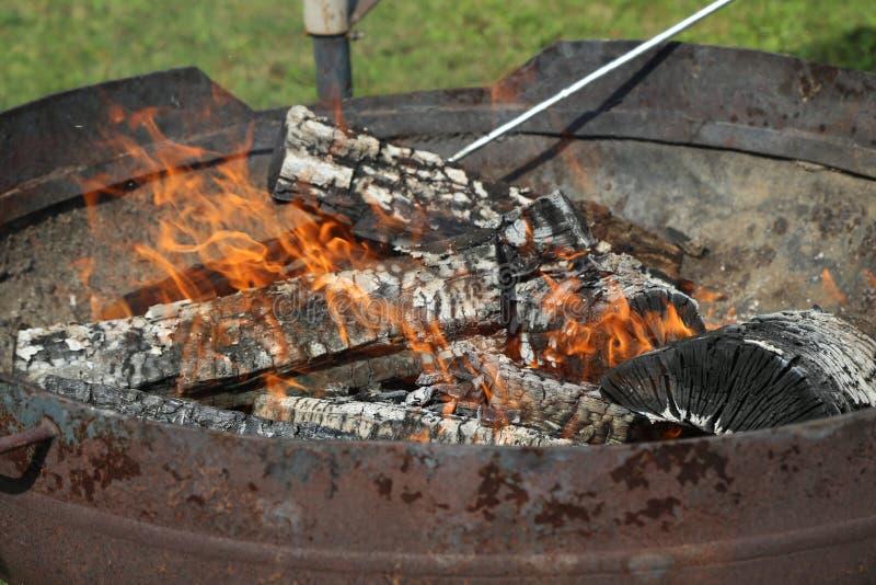 Le charbon de bois est allumé pour griller images stock