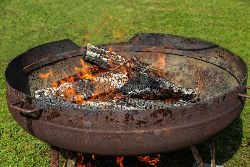 Le charbon de bois est allumé pour griller photos libres de droits