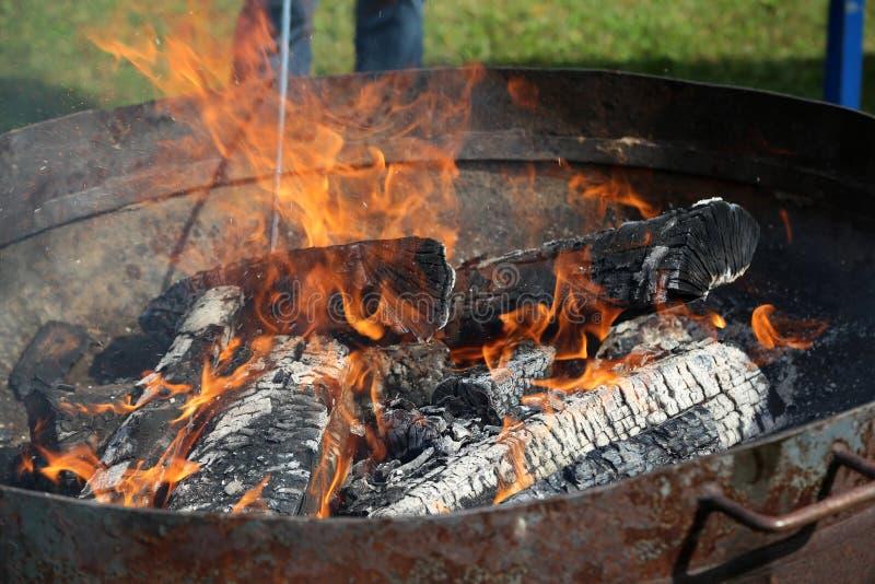 Le charbon de bois est allumé pour griller image stock