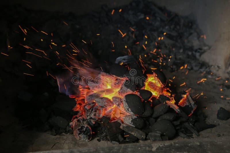 Le charbon de bois est allumé pour griller photographie stock libre de droits