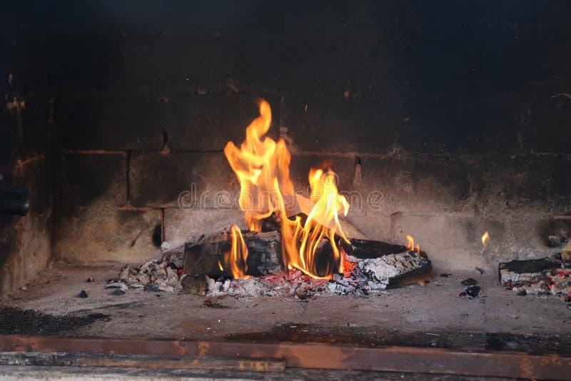 Le charbon de bois est allumé pour griller photo libre de droits