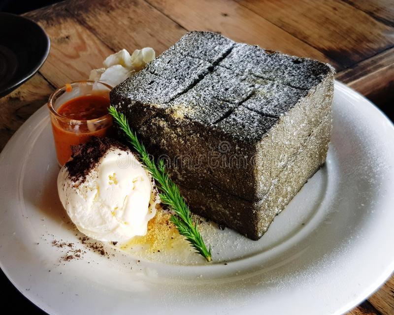 Le charbon de bois a grillé le pain photos stock