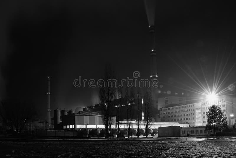 Le charbon la station de puissance de feu dans la nuit près du villag tchèque e de Prunerov photo stock