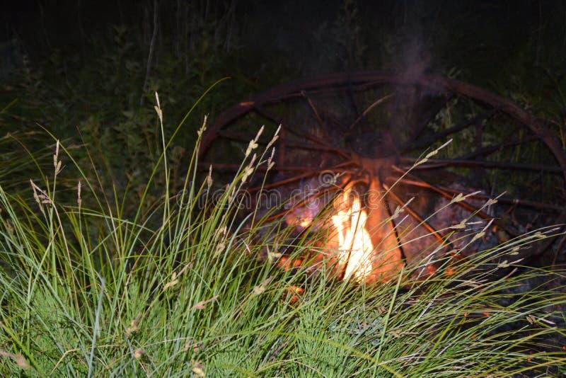 Le chariot antique en métal roule le burning dans un pré photo stock