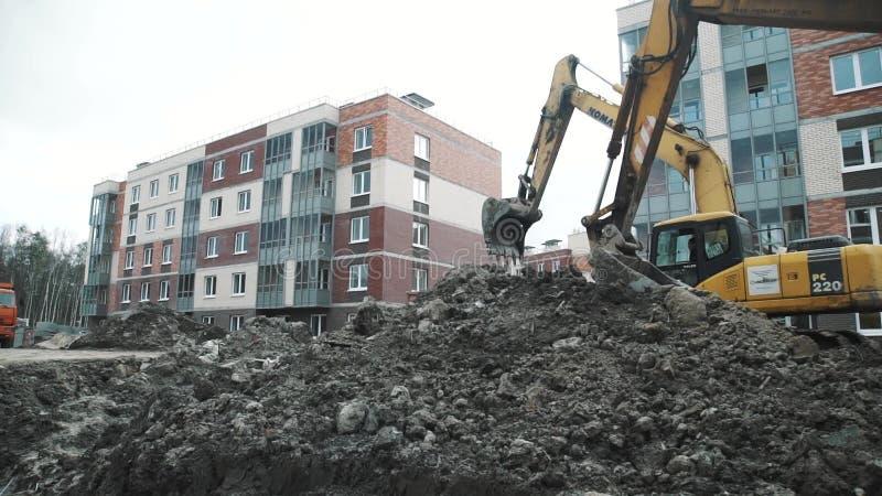 Le chariot au ralenti a tiré deux noirs et excavatrices jaunes dans le fossé au chantier banque de vidéos