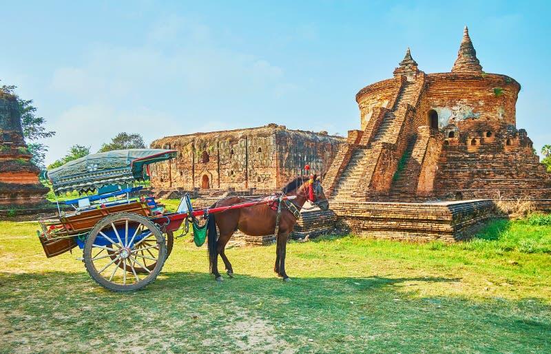 Le chariot au temple antique, Ava, Myanmar photo libre de droits