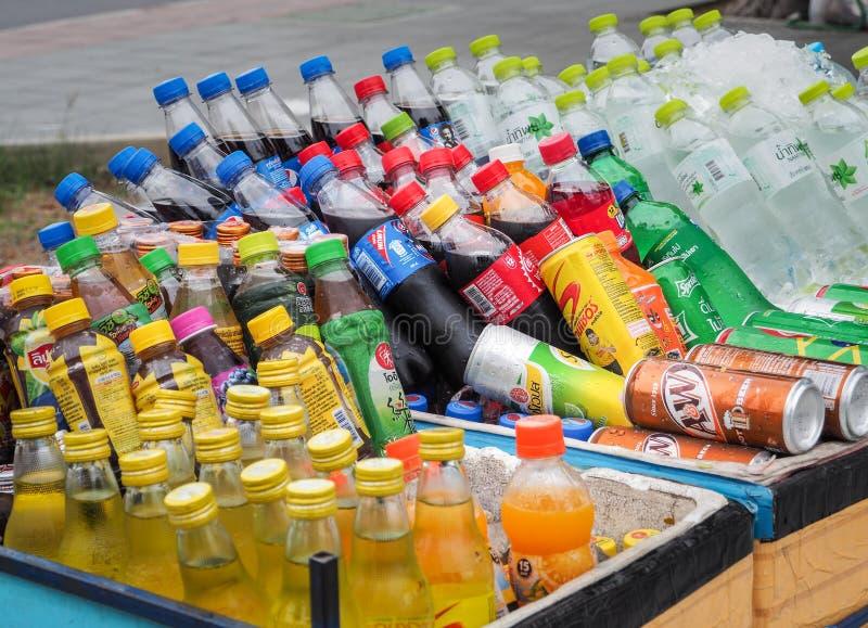 Le chariot de marchand ambulant vendant la variété de boissons froides d'énergie, boissons non alcoolisées, a mis le jus et des b photo libre de droits