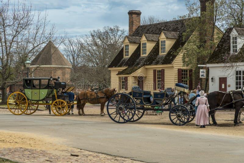 Le chariot hippomobile voyage dans la colonie britannique à Williamsburg, la Virginie, Etats-Unis images stock
