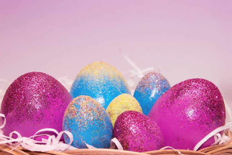 Le charme de scintillement eggs dans le nid, clôturent la vue images libres de droits
