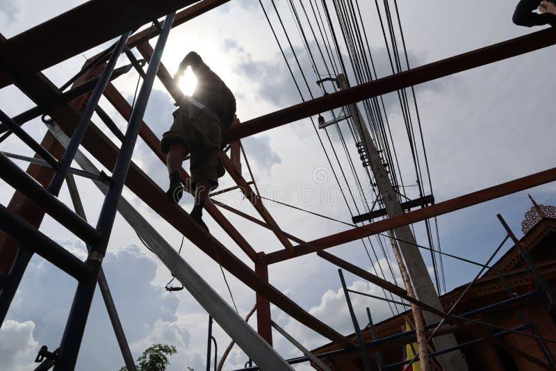 Le charpentier aide à construire une maison images libres de droits