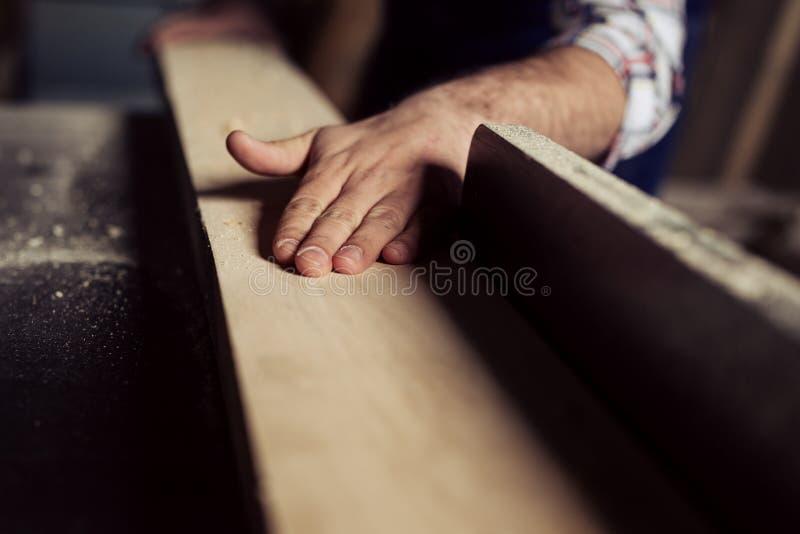 Le charpentier s'est engag? en traitant le bois ? la scierie images libres de droits