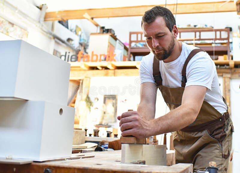 Le charpentier travaille en menuiserie - atelier pour le travail du bois et le sawi photos libres de droits
