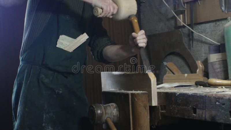 Le charpentier utilise le burin d'un charpentier photo stock