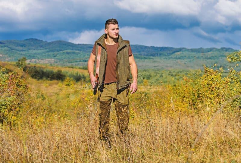 Le chasseur barbu de type dépensent la chasse de loisirs sur des oiseaux Concept de passe-temps de chasse Règlement de la chasse  photos stock