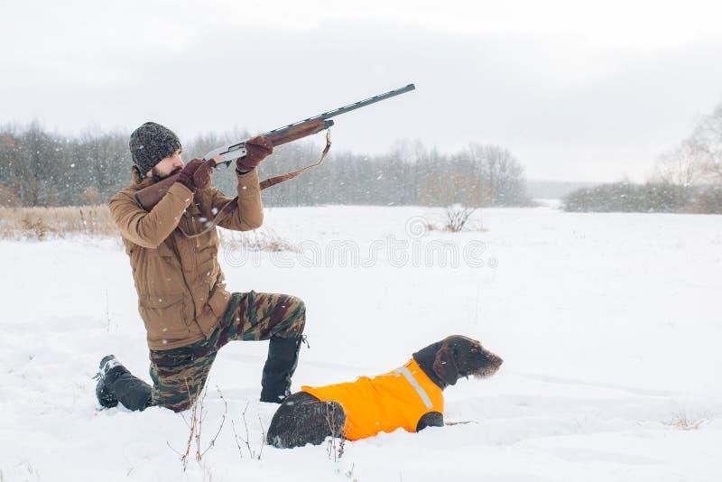 Le chasseur de Venturious va réduire un oiseau images stock