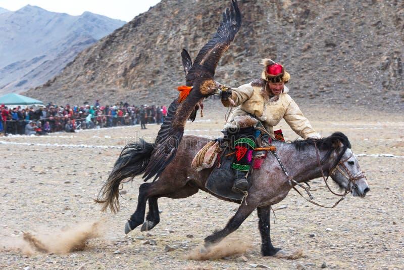 Le chasseur inconnu avec Eagle d'or montre son expérience dans la fauconnerie photos stock