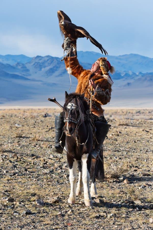 Le chasseur inconnu avec Eagle d'or montre son expérience dans la fauconnerie image libre de droits