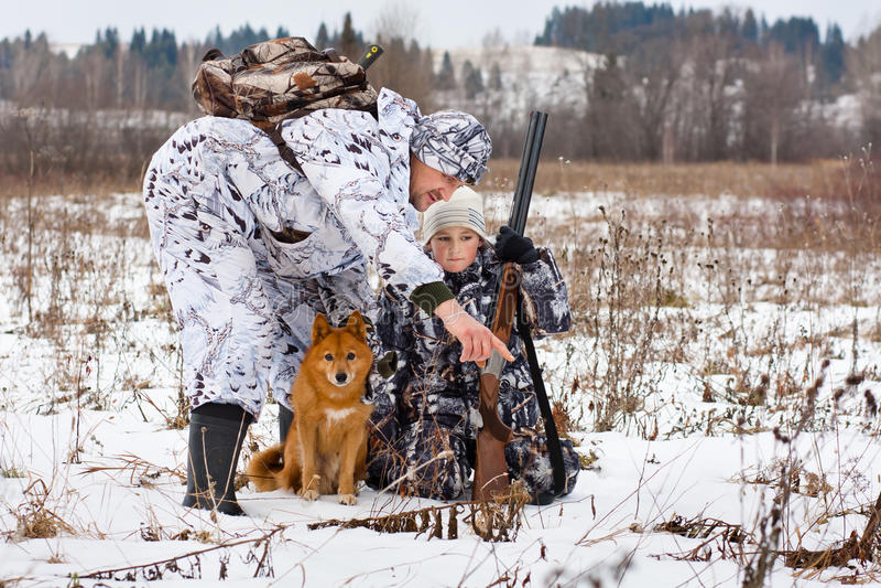 Le chasseur montre ses traces de fils des animaux photo libre de droits