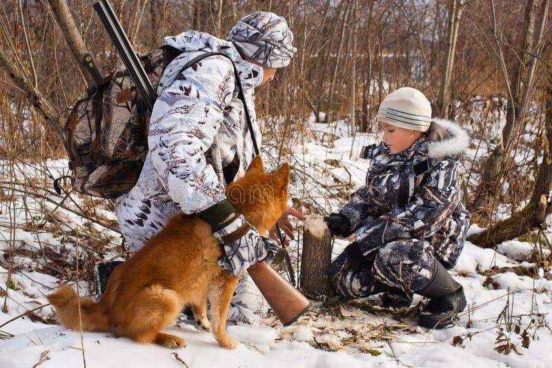 Le chasseur montre ses traces de fils des castors photo libre de droits