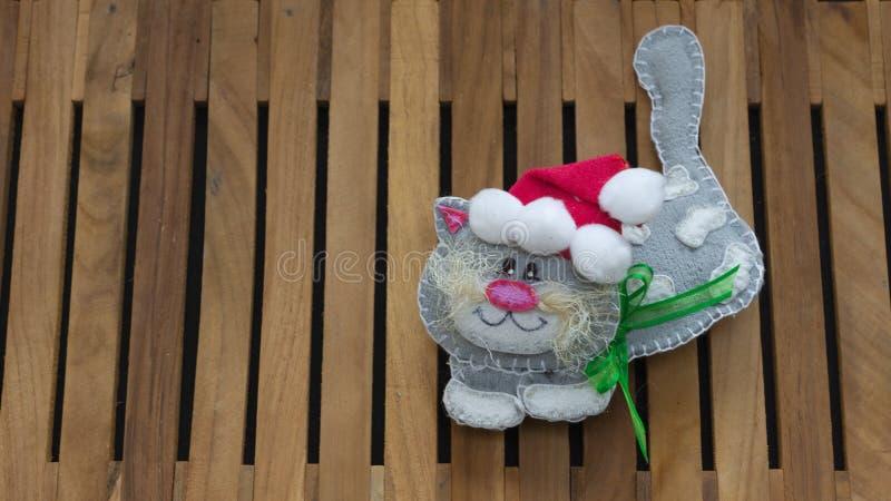 Le chat gris avec le chapeau rouge du père noël a fait dans mousseux pour la décoration de Noël photo stock