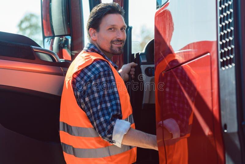 Le chauffeur de camion devant le sien fret expédient le camion images stock