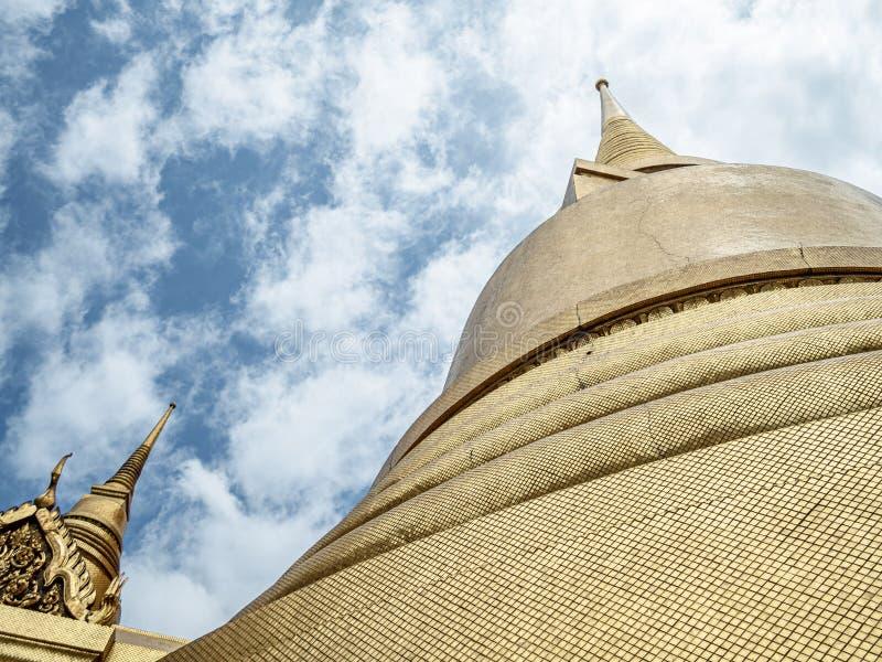 Le Chedi d'or dans la pièce occidentale du temple d'Emerald Buddha photos libres de droits