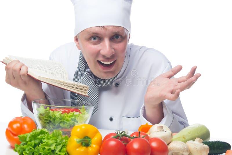 Le chef a étonné la recette trouvée dans un livre des recettes images libres de droits