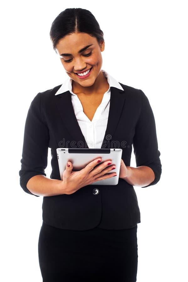 Le chef d'entreprise passant en revue sur le PC de comprimé photos stock