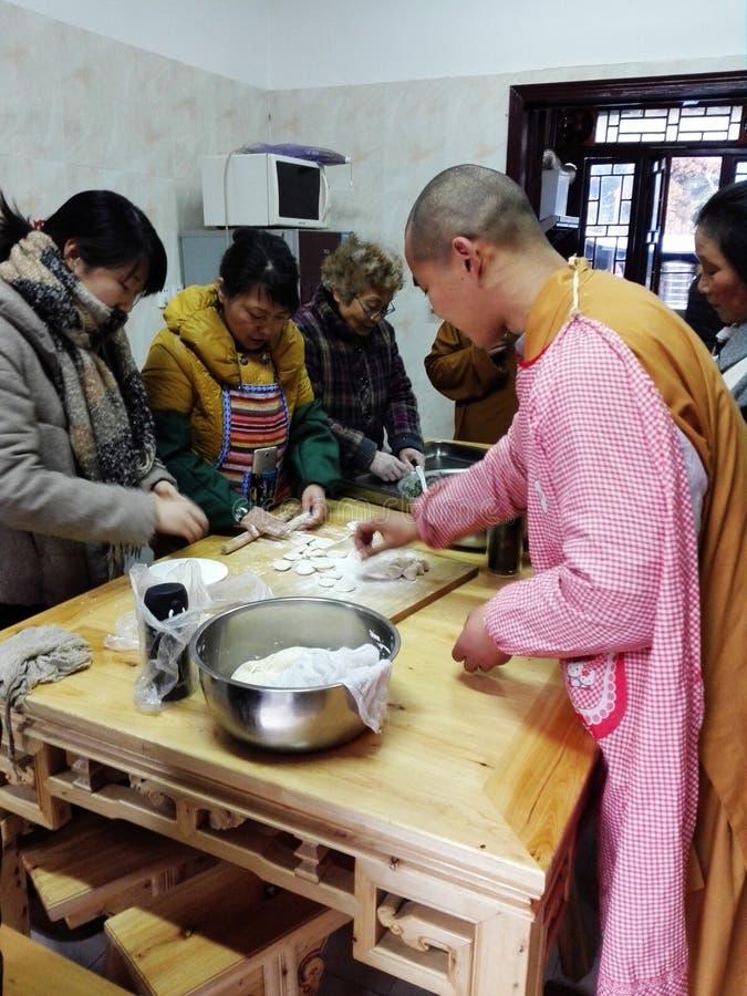 Le chef de famille et les moines photographie stock