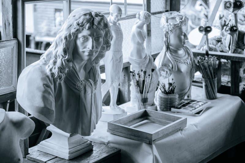 Le chef de gypse et le gypse humain d'anatomie plâtrent le modèle pour l'artiste PO photos stock
