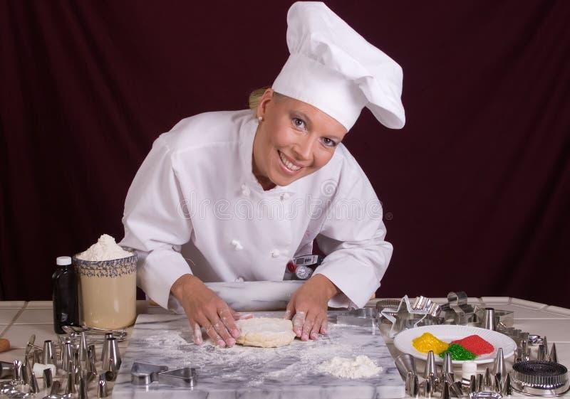 Le chef de pâtisserie forme la pâte de biscuit images libres de droits