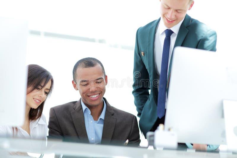 Le chef de projet et les affaires team discutant des documents de travail image libre de droits