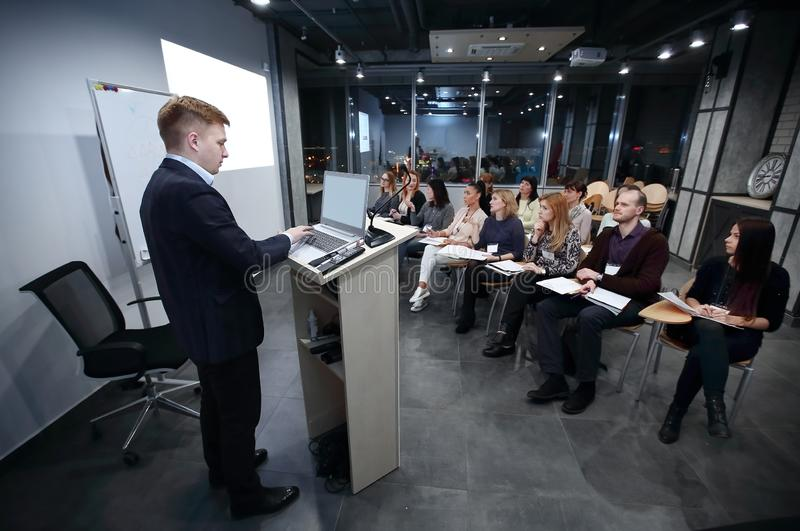 Le chef de projet mène une réunion des cadres supérieurs photographie stock